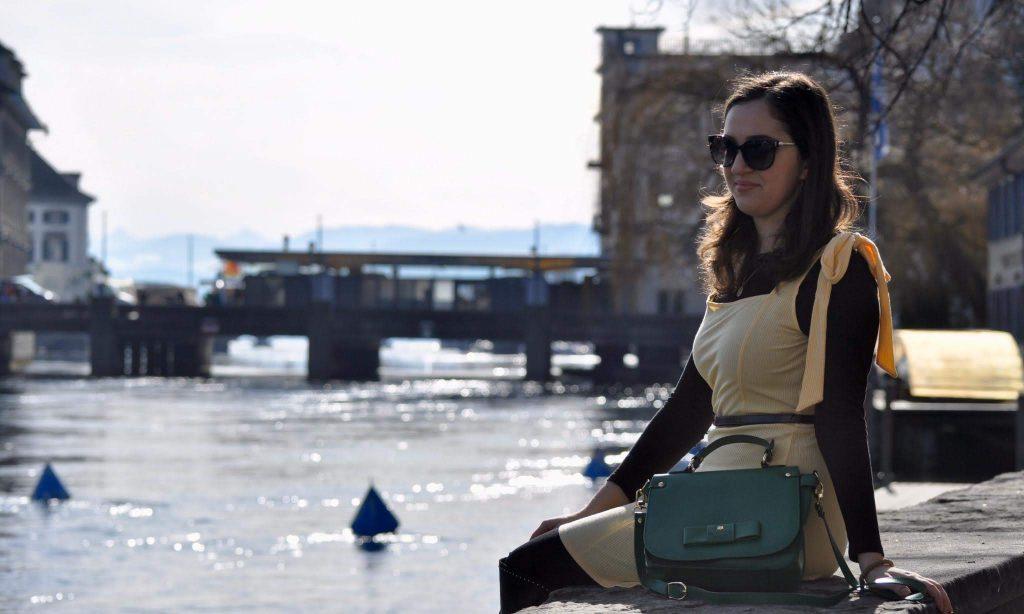 Jelena of VEGAN-A-PORTER with green bag